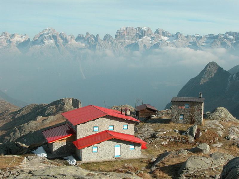 Segantini Hütte 2373m mit Brentagruppe
