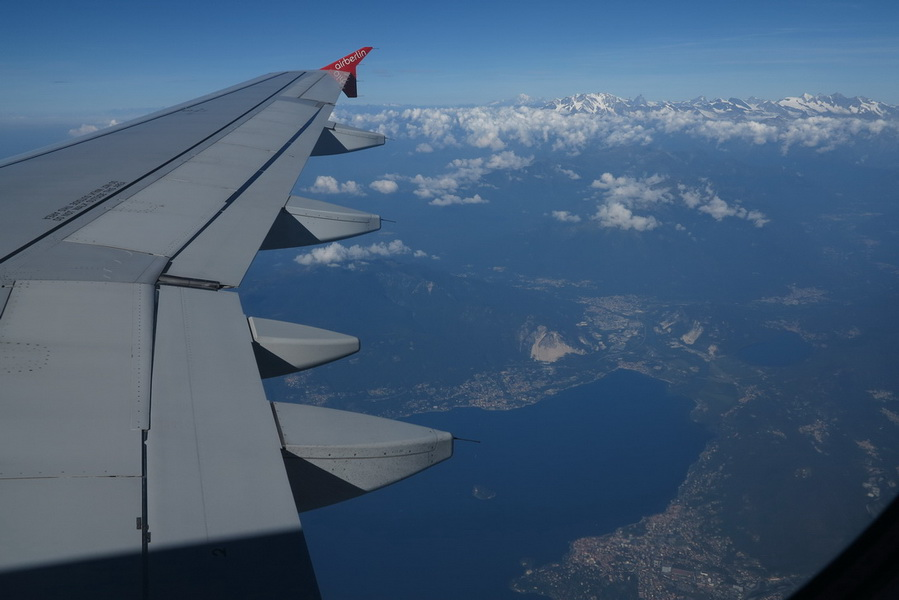 Landeanflug auf Verona (Gardasee im Hintergrund Walliser Alpen)