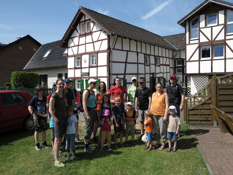 Familiengruppe vor der Mülheimer Hütte in Abenden