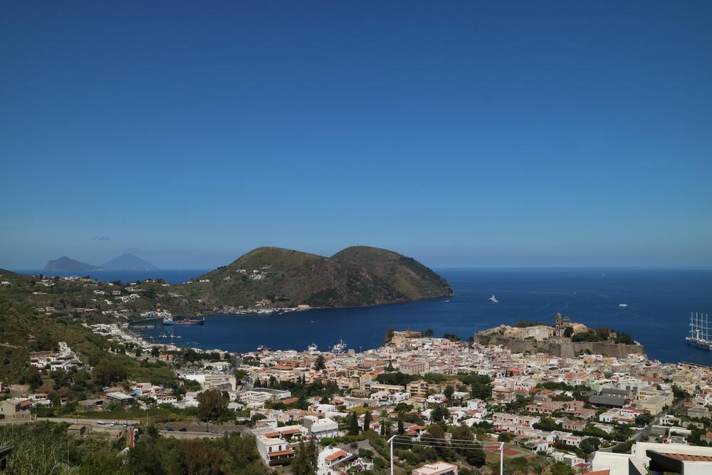 Lipari- dahinter Panarea, Stromboli und Monte Rosa