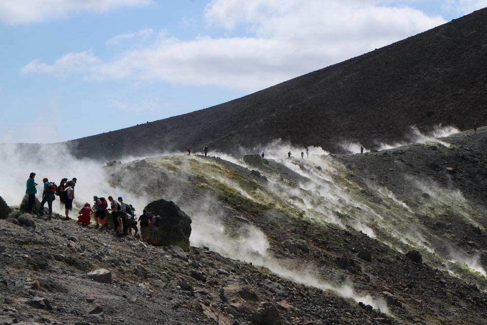 Fumarolen am Kraterrand