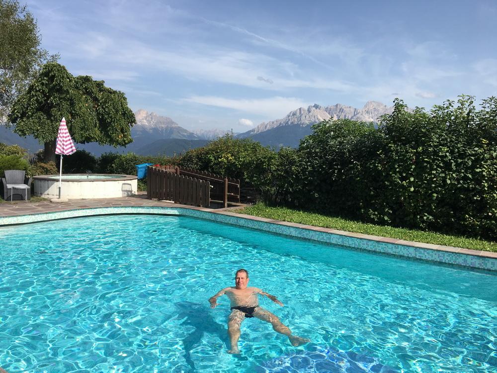 Im Pool mit Latemar und Rosengarten