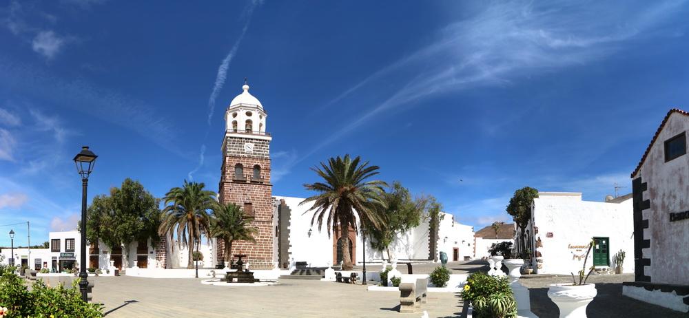 Teguise- Plaza de la Constitutión mit der Iglesia San Miguel