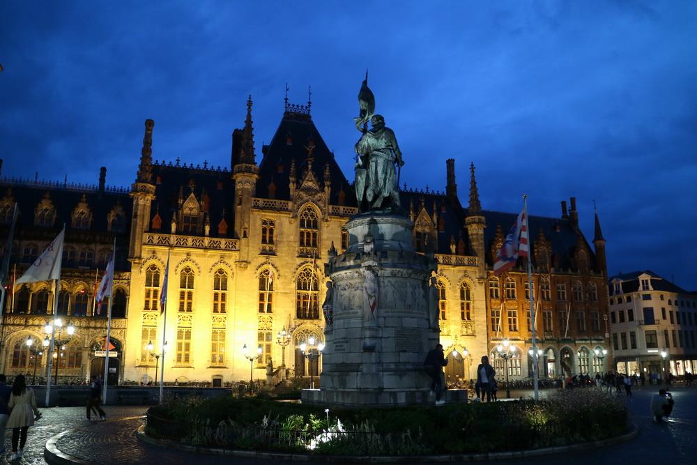 Grote Markt- Denkmal der Schlacht der Goldenen Sporen 1302