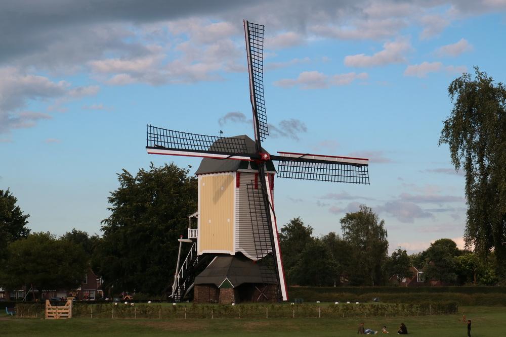 Windmühle am Weg in Westflandern