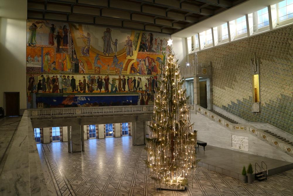 Rathaussaal mit Baum