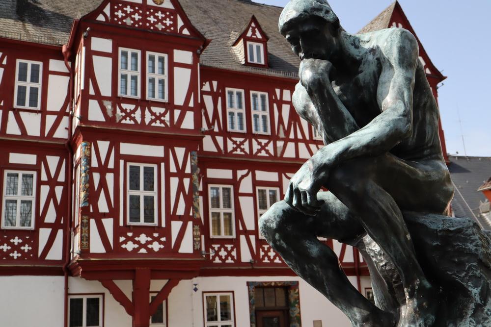 """Rathaus von Nassau mit Rodins """"Denker"""""""
