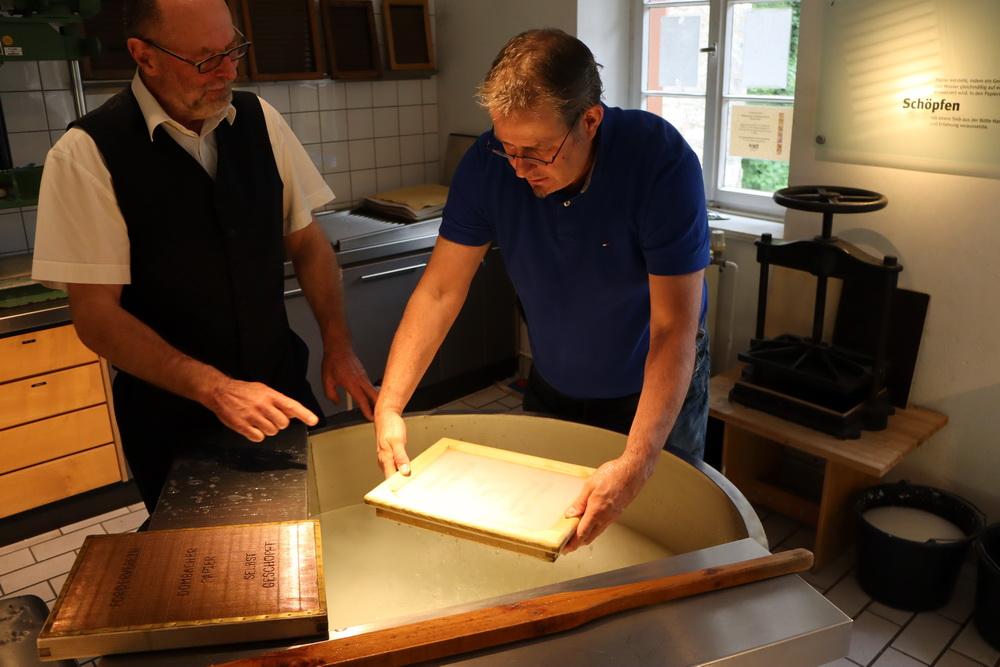 Papierschöpfen im Papiermuseum der Papiermühle Alte Dombach