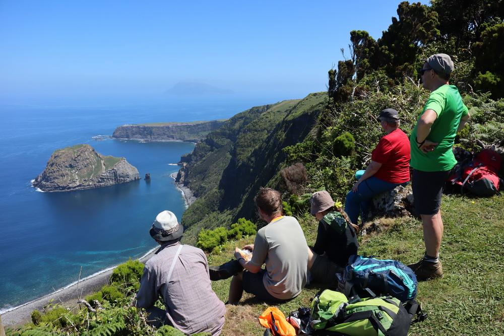 Steilküste auf dem Hirtenweg im Nordwesten von Flores- Dahinter Corvo