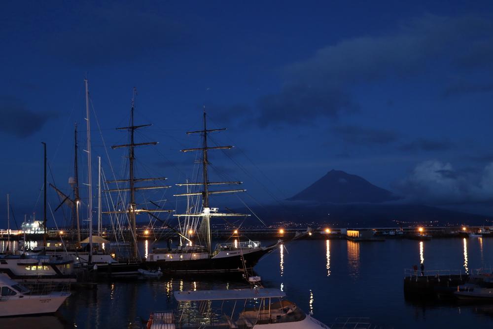 Hafen von Horta mit Pico