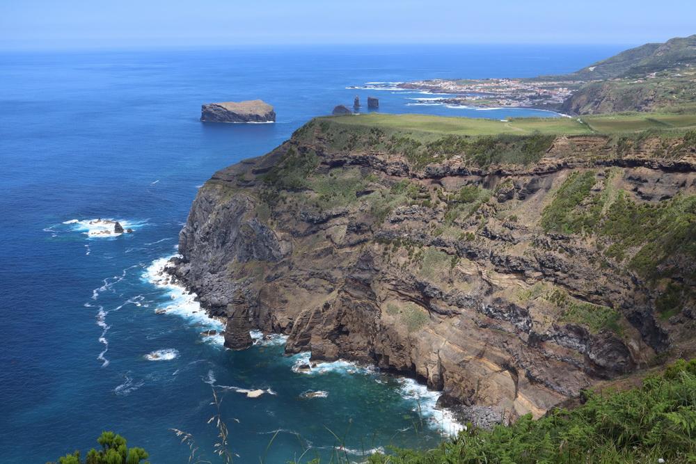 Sao Miguel NW- Küste mit Kloster, Nonne und Mönchen...
