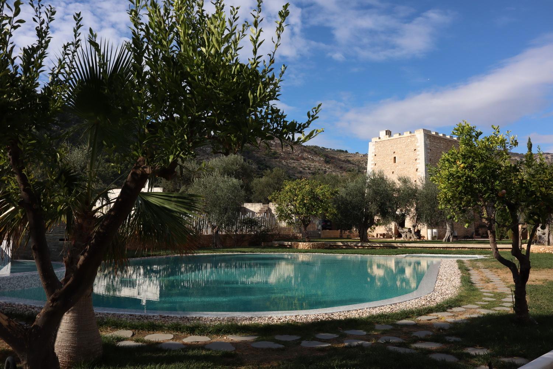 Pool mit Torre Santa Maria
