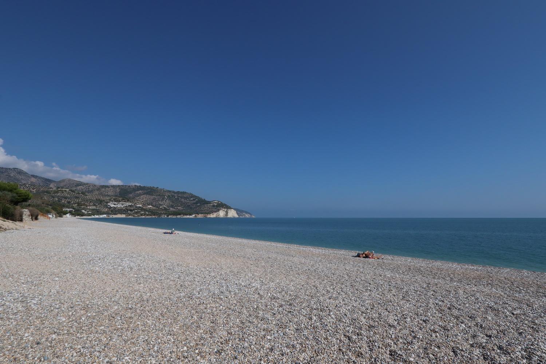 Kiesstrand in der Bucht von Mattinata