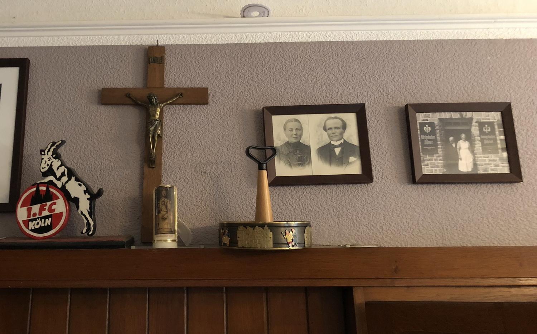 Kruzifix mit Hollinder- Ahnengallerie und Geißbock Hennes