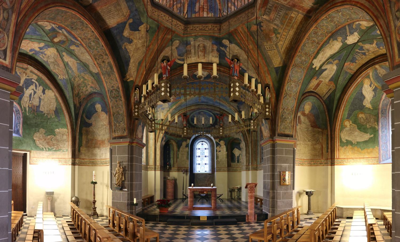 St.Clemens- Blick in den Chor- Fresken 12.Jh.