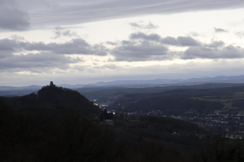 Blick auf Burgruine Drachenfels vom Petersberg