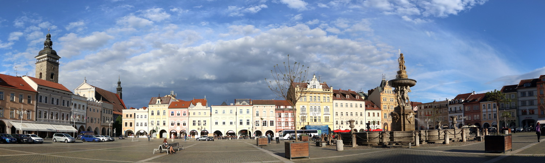 Marktplatz Budweis mit Schwarzem Turm (links)