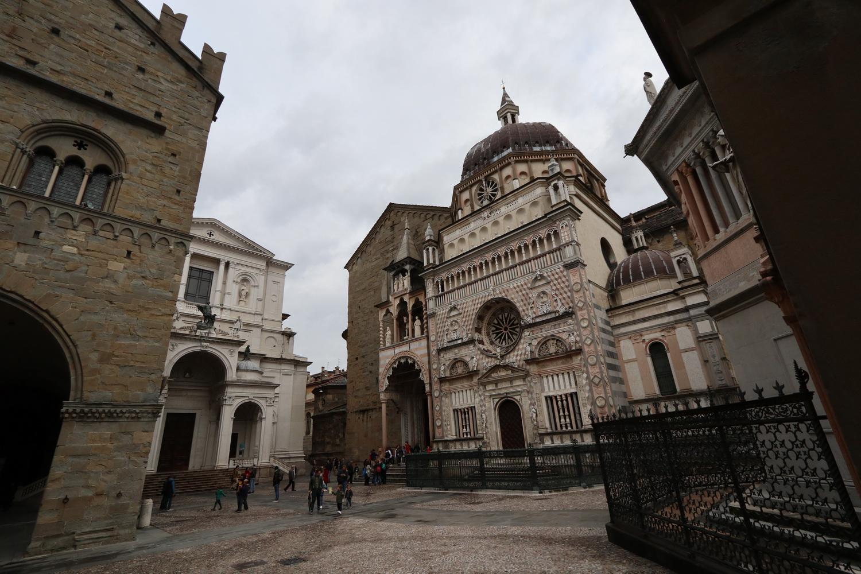 Der enge Platz zwischen (v.l.) Palazzo Ragone, Alexander- Kathedrale, Basilika S.Maria Maggiore, Colleoni- Kapelle und Baptisterium