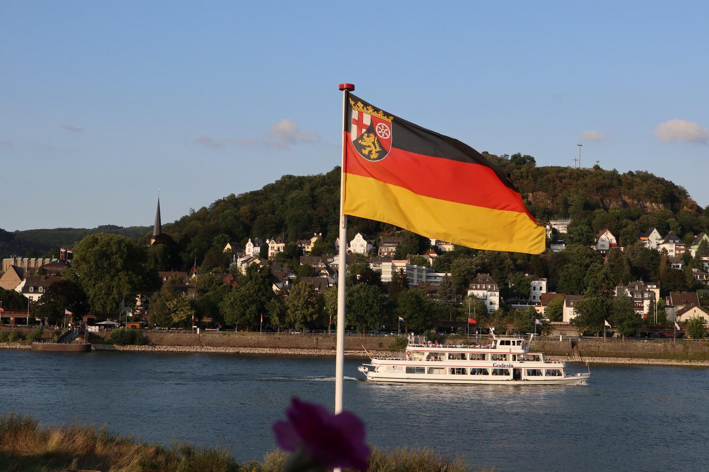 Schiffsverkehr auf dem Rhein vor Linz