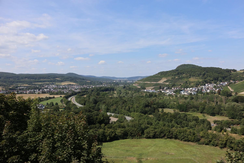 Blick zurück ins Ahrtal nach Westen mit Landskrone und A61