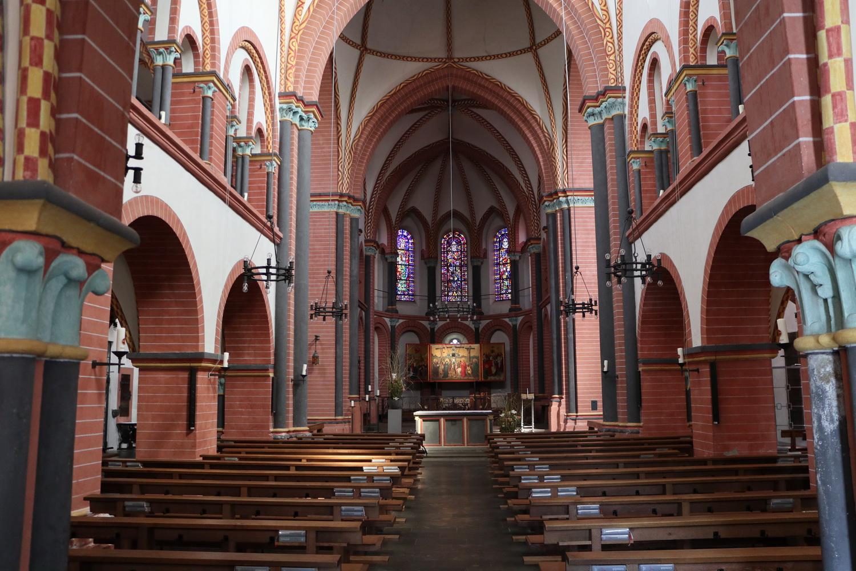 Kirchenschiff St.Peter- Romanik pur