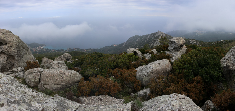 Blick auf die Nordküste und Sant'Andrea vom Aquila