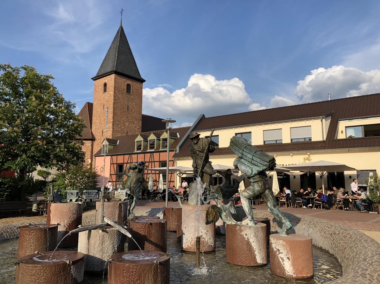 Stickelspitzer- Brunnen mit Italiener in Otterstadt