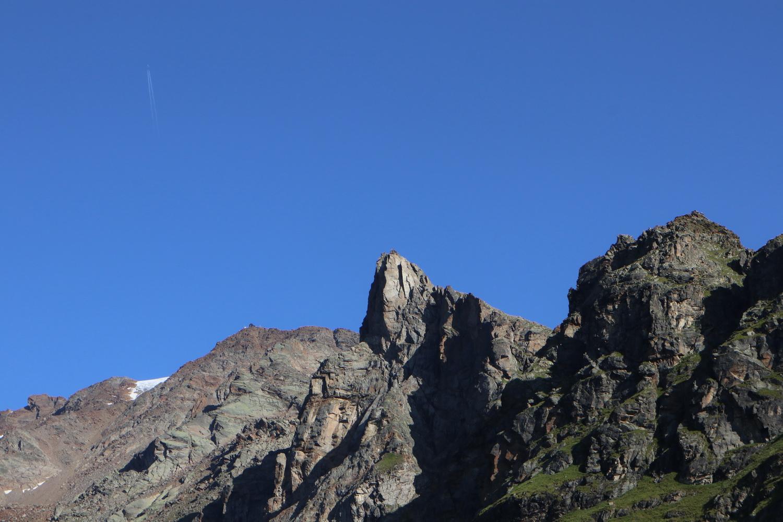 Blick hinauf zur Vioz- Hütte (re oberhalb des Gletschers) vom Doss dei Cembri