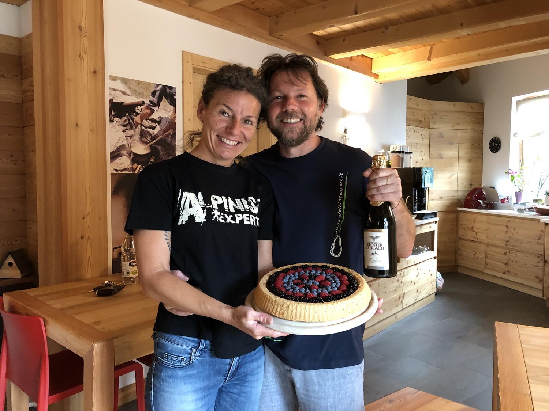 Sylvana und Walter mit Geburtstags- Kuchen