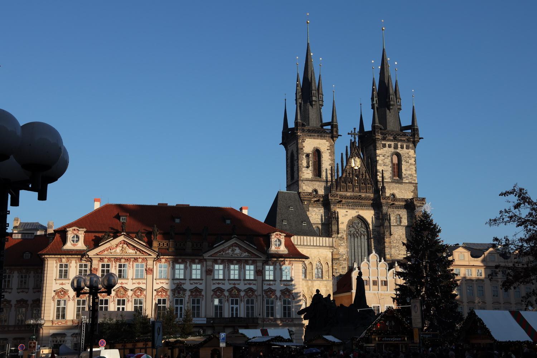 Altstädter Ring mit Weihnachtsmarkt und Teynkirche