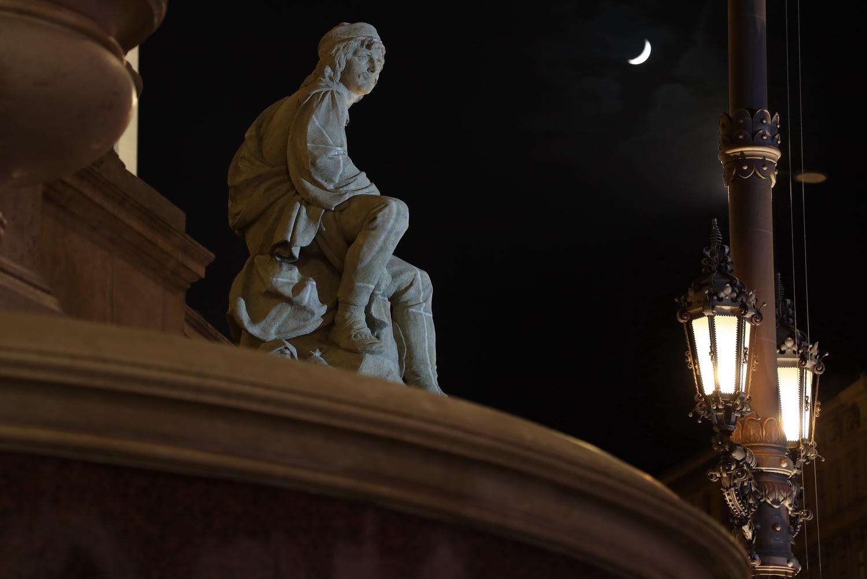 Stimmung mit Mond vor dem Nationalmuseum