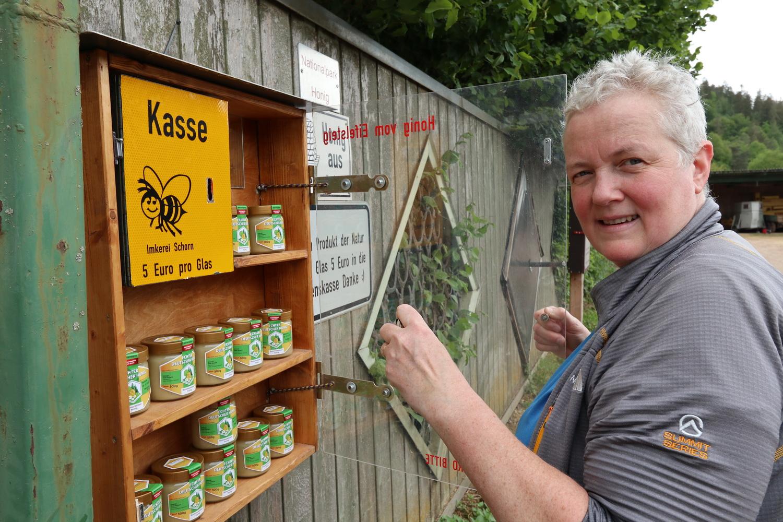 Honigkauf beim Imker