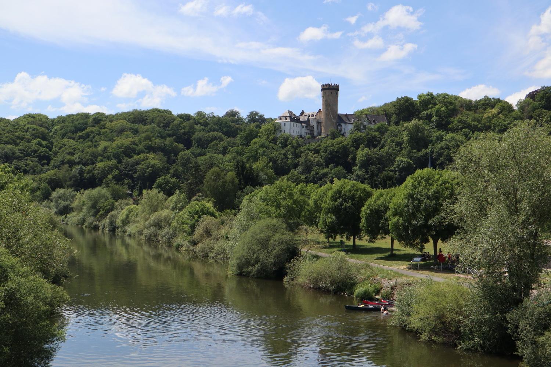 Lahn bei Dehrn mit Burg