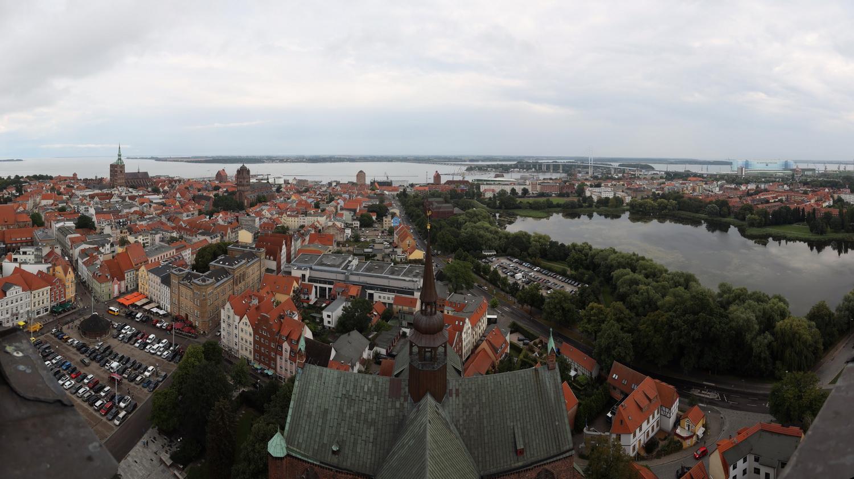Blick nach Norden auf Rügen, St. Nikolai li, Strelasund- Brücke re