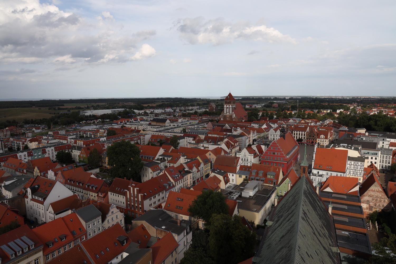 St.Nikolai Greiswald-Blick über das Langschiff auf Marktplatz und Dicke Marie