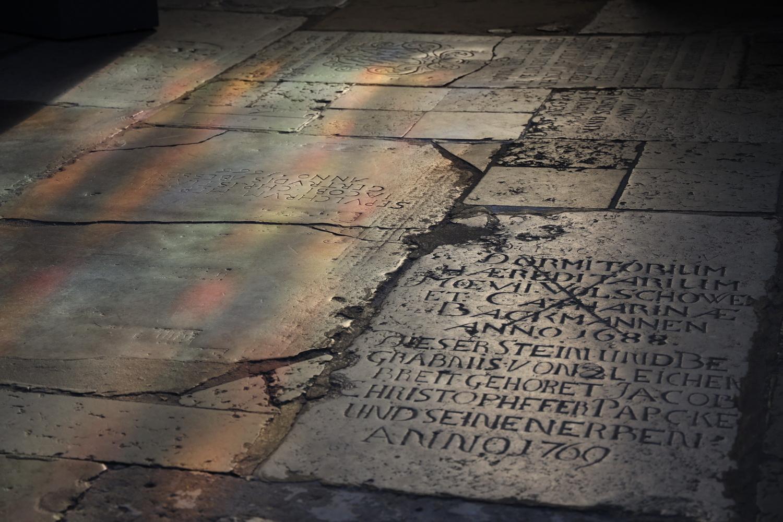 St. Nikolai- Grabplatten am Boden