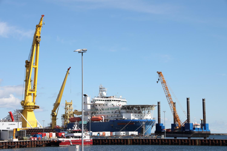 Industriehafen Mukran mit Pipeline- Verlegeschiff
