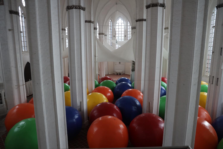 Bällebad in St. Petri- Kunstinstallation von Christoph Faulhaber