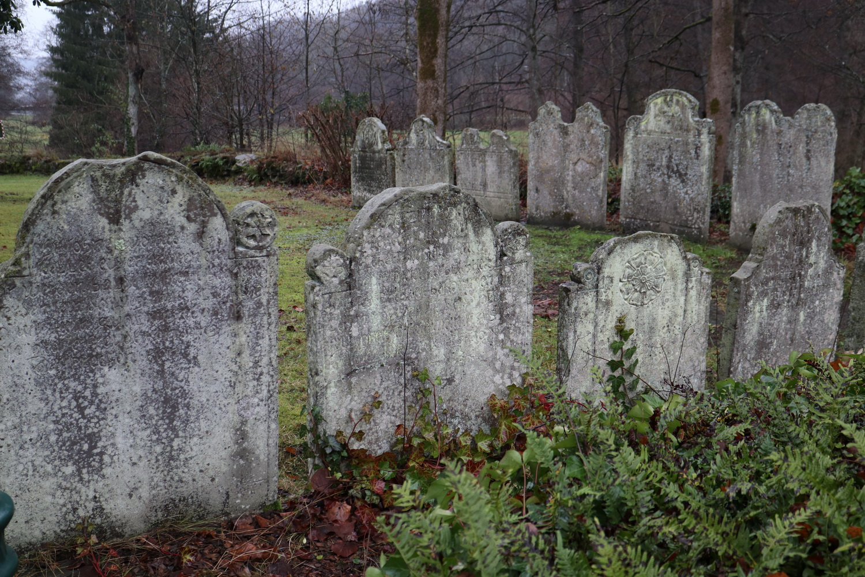 Alte Grabsteine an der Kreuzkirche in Wiedenest