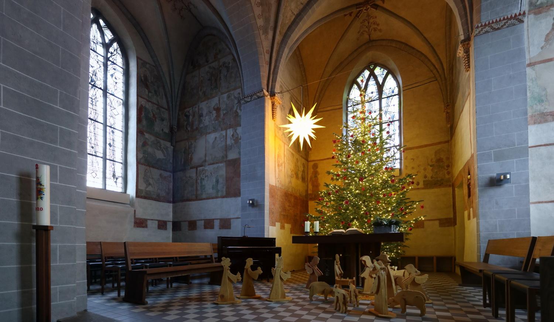 Weihnachtliches Ambiente in der bunten Kirche von Wiedenest