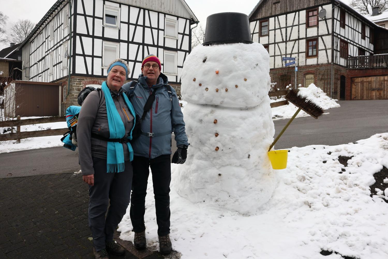Arnd und Doro vor Schneemann und Fachwerk in Dreschhausen