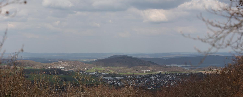 Panoramablick über Bell hinweg auf den Laacher See