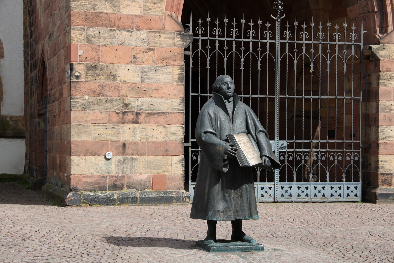 Martin Luther vor dem Kirchenportal