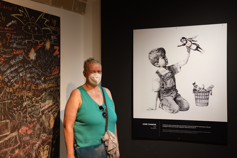 "Dorothee mit Banksy's ""Game Changer"" (2020)"
