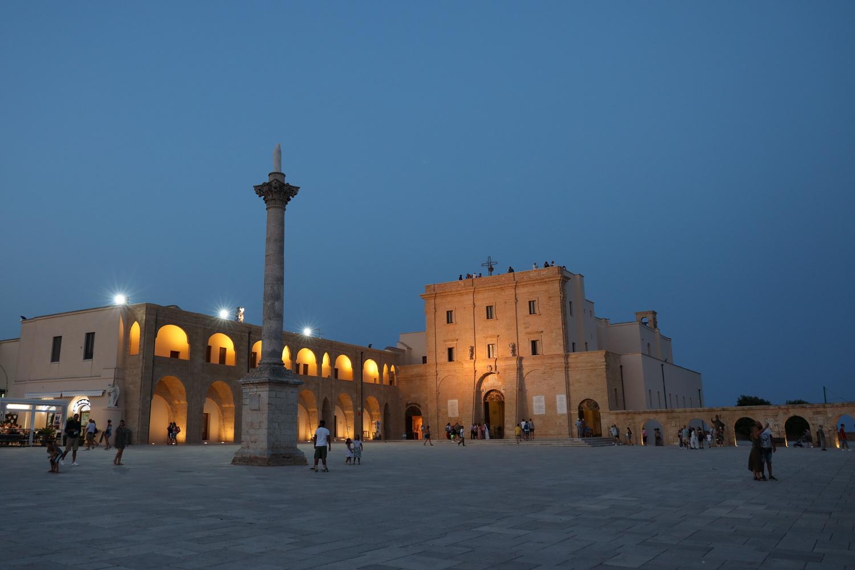 Piazza vor dem Santuario di Santa Maria de Finibus terrae