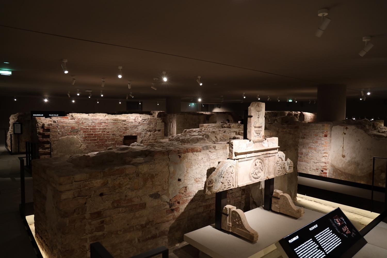 Die Fundamente des alten Schlosses